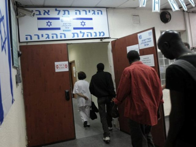 Israeli immigration officers check African migrants in Tel Aviv (June  2012)