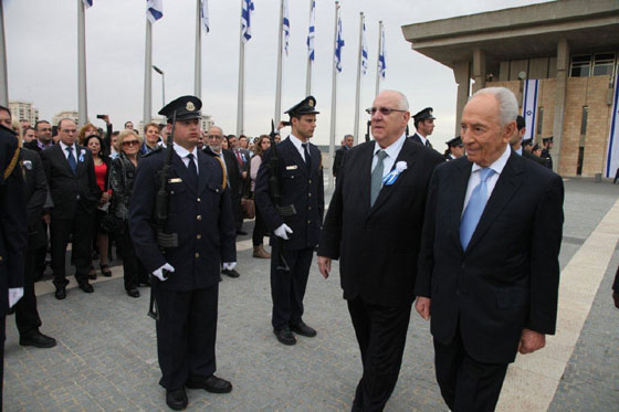 Pres Peres reviews honor guard with outgoing Knesset Speaker Rivlin