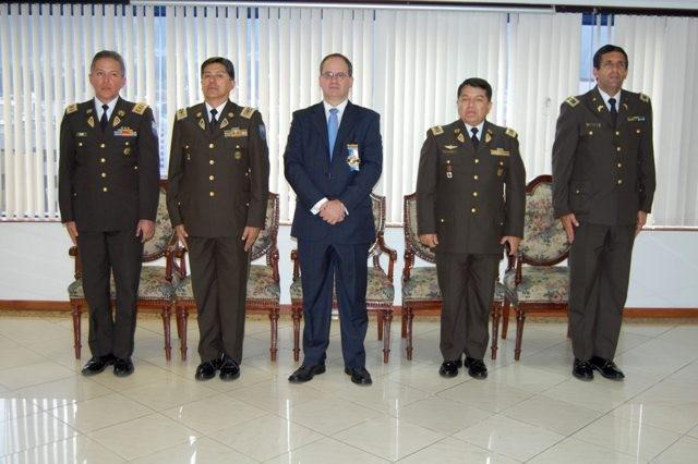 Policia nacional condecora al embajador sela for Ministerio del interior policia nacional del ecuador